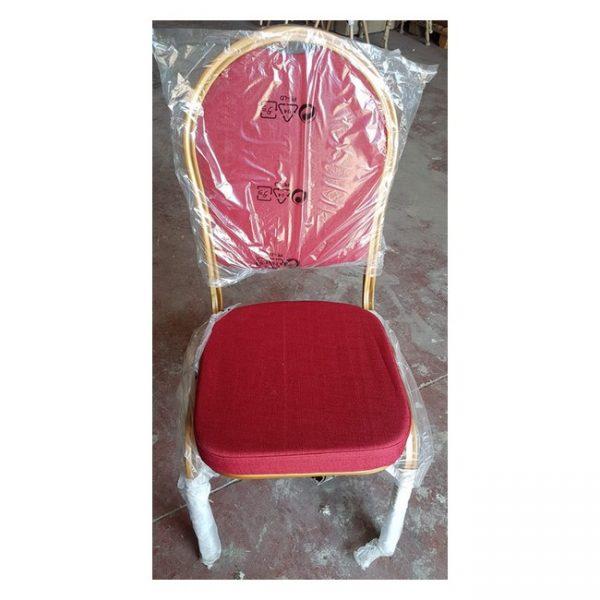 כסאות מרופדים אדומים