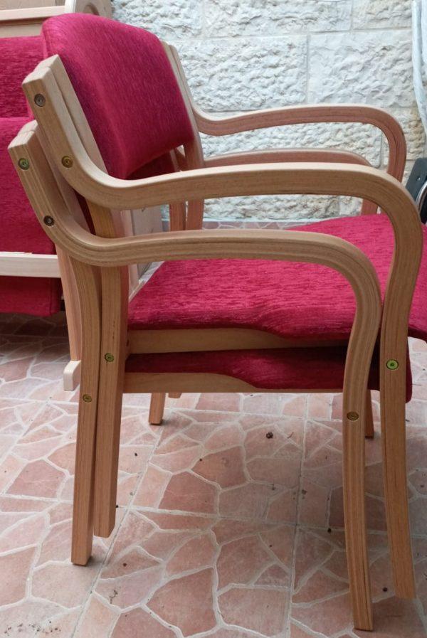 כסא מרופד עם ידיות
